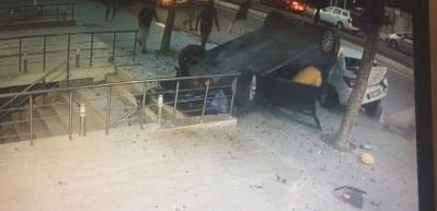Üsküdar'da korkunç kaza kamerada! Yayalar son anda kurtuldu