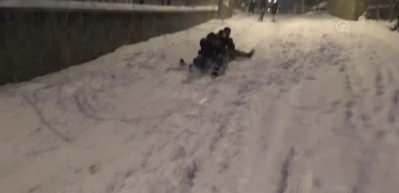 Vatandaşlar kızakla kayarak karın tadını çıkardı