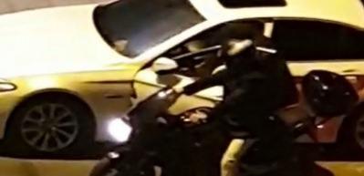 Vatandaşların gözü önünde otomobilden hırsızlık!
