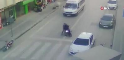 Yaşlı adama çarpan motosikletliye meydan dayağı!