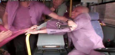 Yaşlı sürücüye yumruklu saldırı kamerada