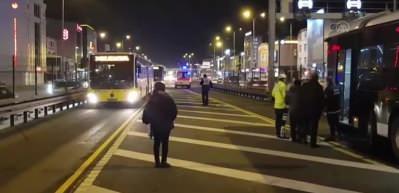 Yerinden çıkan rögar kapağı metrobüse saplandı
