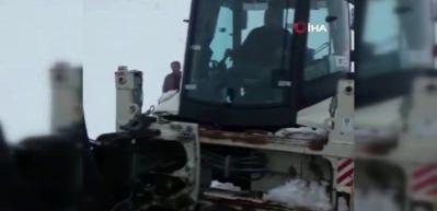 Yol açma çalışması yapan iş makinesi şarampole düştü
