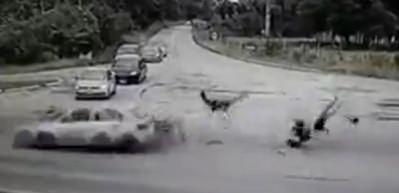 Yola kontrolsüz şekilde girdi, sonu çok feci oldu!
