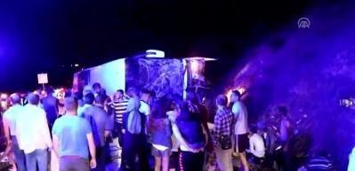 Yolcu otobüsü devrildi: 3 ölü, 39 yaralı