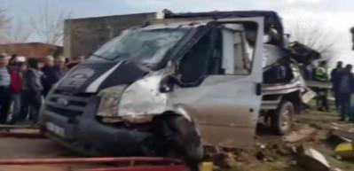 Yolcu treni pikaba çarptı: 2 ağır yaralı