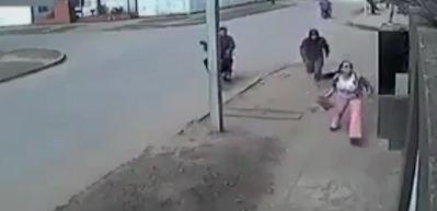 Yolda bekleyen kadın hırsıza ters köşe yaptı