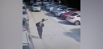 Yolda yürüyen adama kargalar böyle saldırdı