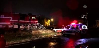 Yük treni hafif ticari araca çarptı: 1 ölü, 1 yaralı