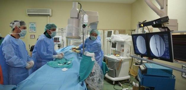 Atardamarı tıkalı hastaya ameliyatsız tedavi