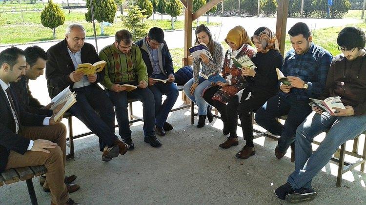 Üniversite öğrenciler kitap okuma etkinliği düzenlendi