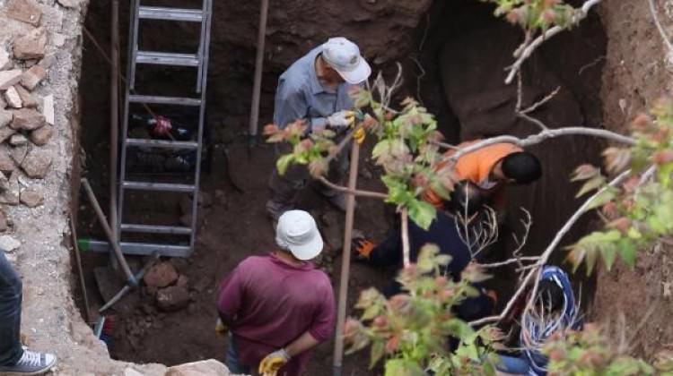 Kazıda 2 metrelik başsız kadın heykeli bulundu