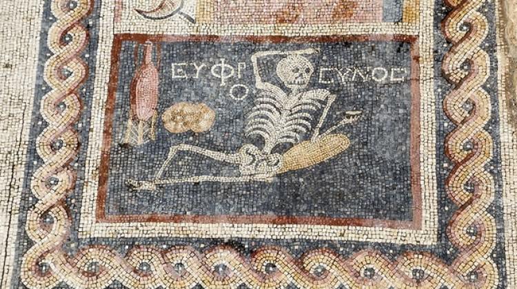 """""""Neşeli ol hayatını yaşa"""" yazılı mozaik bulundu"""