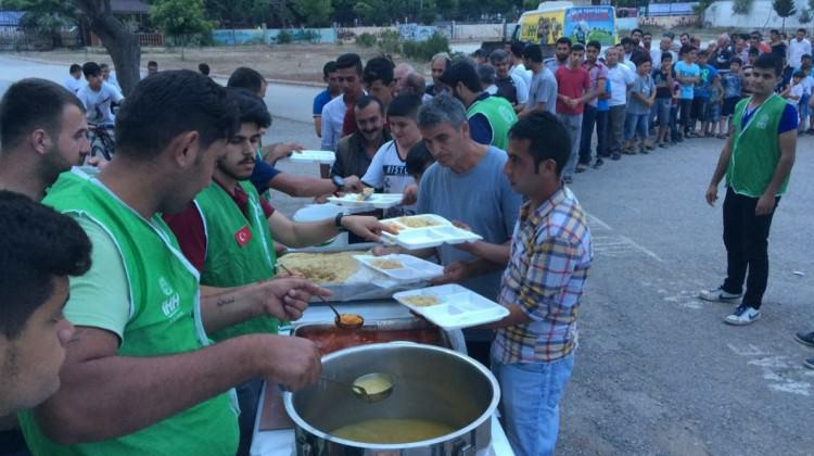 İHH'dan öğrencilere iftar