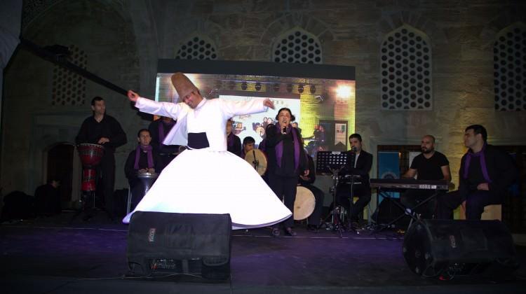 Ünlü sanatçılar Türk Kızılayı iftarında buluştu