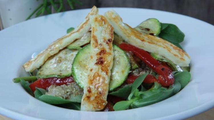 Kinoalı Hellimli Salatası Tarifi