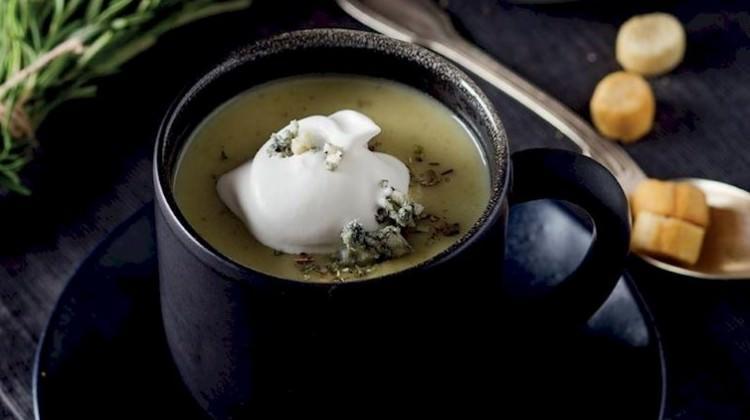 Rokfor peynirli kereviz sapı çorbası