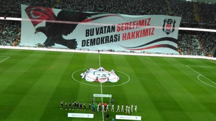 Beşiktaş taraftarından dev pankart