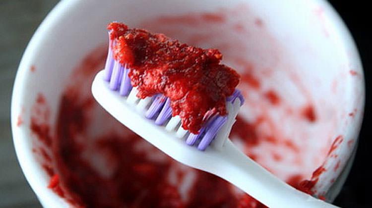 Bembeyaz dişler için çilekle dişlerinizi fırçalayın ile ilgili görsel sonucu