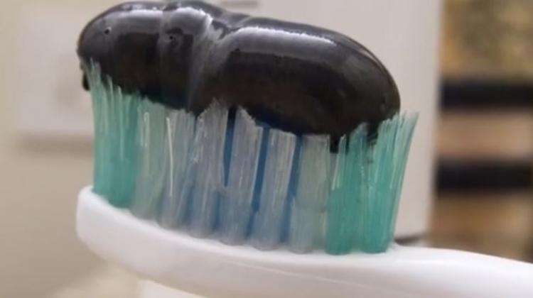 Siyah macunla bembeyaz dişler!