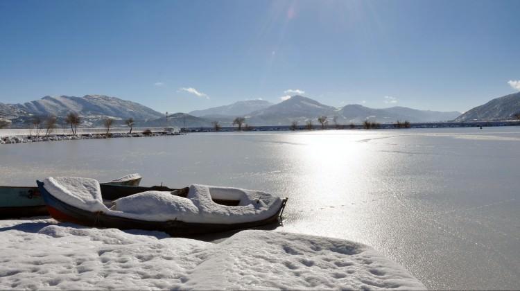Türkiye'nin en büyük dördüncü gölü buz tuttu