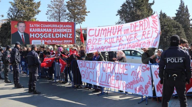 Cumhurbaşkanı Erdoğan pankartlı davete Evet dedi