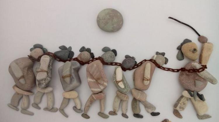 Taşlarla Suriye'deki savaşı anlatan sanatçı...