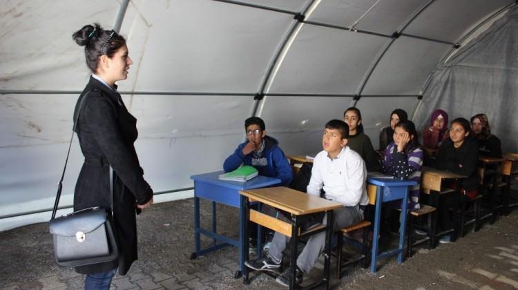 Depremzede öğrenciler ders başı yaptı