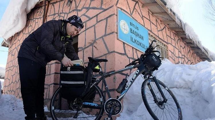 Köy çocuklarının bisikletli kütüphanecisi