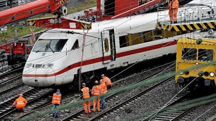 Almanya'da hızlı tren raydan çıktı
