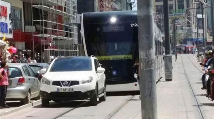 Rayların üzerine park etti, tramvay seferi durdu