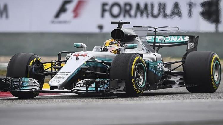 İtalya'da Lewis Hamilton ipi göğüsledi!