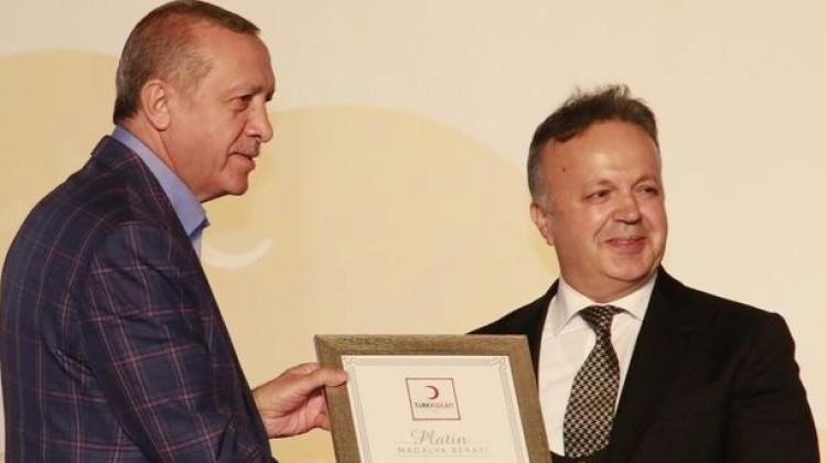 Madalyasını Cumhurbaşkanı Erdoğan'dan aldı