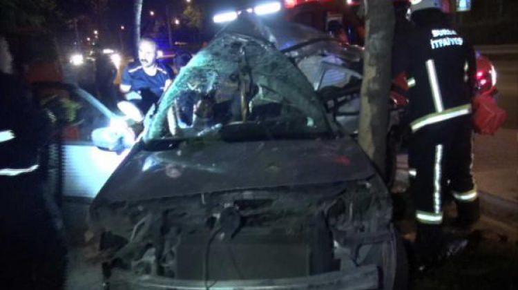 Sürücünün makas attığı otomobil, ağaca çarptı