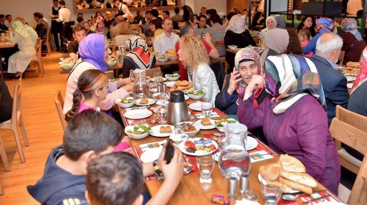 Yıldız Holding'den komşularına iftar daveti