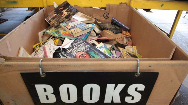 Çöpe atılan kitaplardan kendi sanatını yaptı!