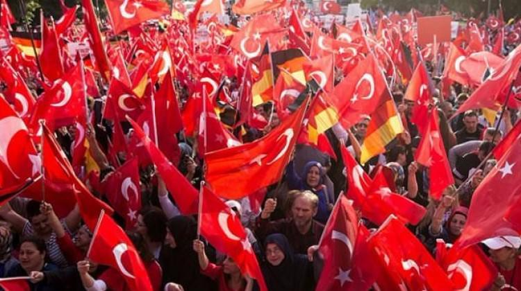 Almanya'da Türkler seçime katılsın diye...