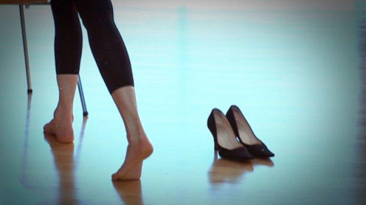 Topuklu ayakkabıyla yürüyebilme rehberi
