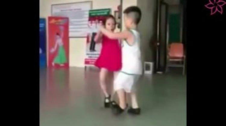 Minik çiftin dansı sosyal medyayı salladı