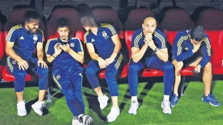 Fenerbahçe yedek kulübesinde şok görüntü!