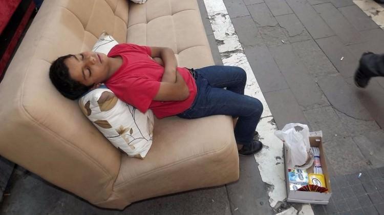 Hayatın yorgunluğuna dayanamayıp uyuyakaldı