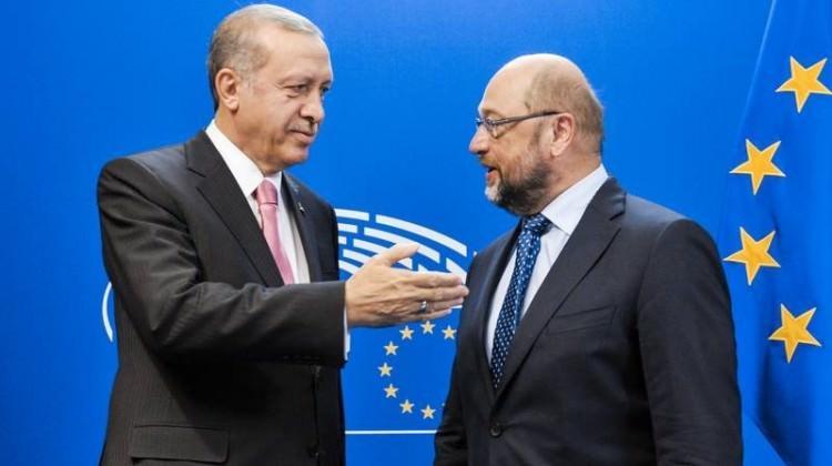 Schulz: 'Erdoğan'ın önünde diz çökmeyeceğim'