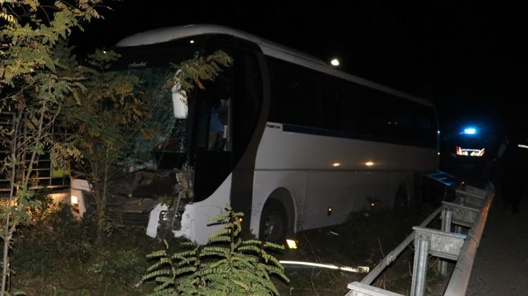 Manisa'da servis otobüsü ile otomobil çarpıştı