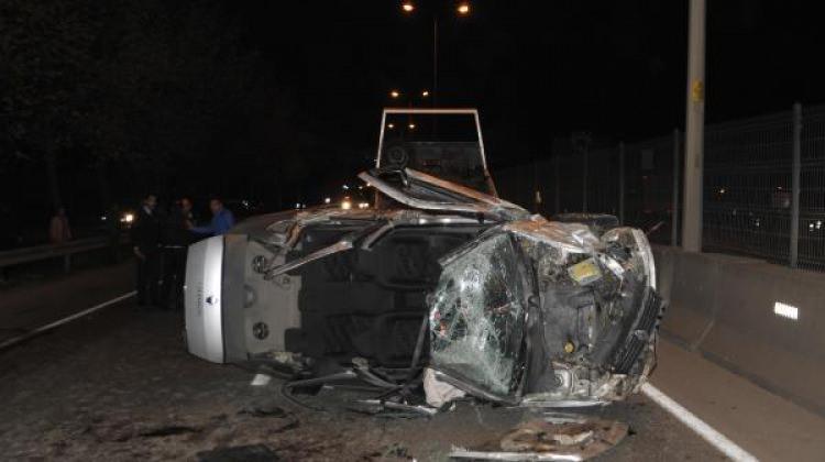 Kamyona çarpan otomobil devrildi: 4 yaralı