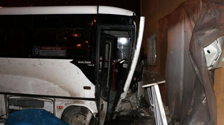 Kontrolden çıkan halk otobüsü eve girdi