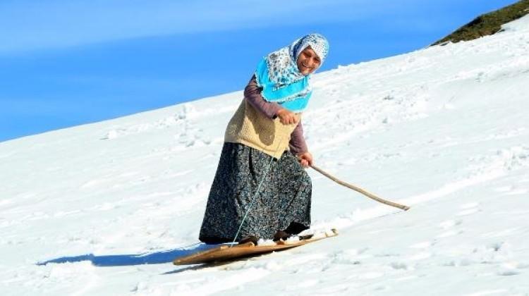 Rize'de köye kar yağdı, tahtayı alan dağa koştu