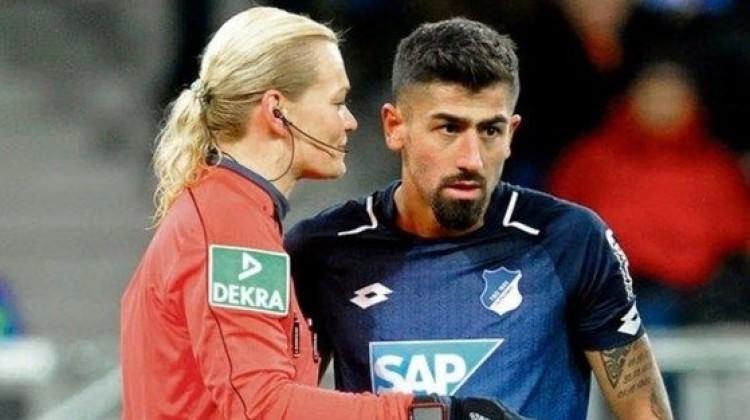 Türk futbolcu alay konusu oldu! Kadın hakem ile...