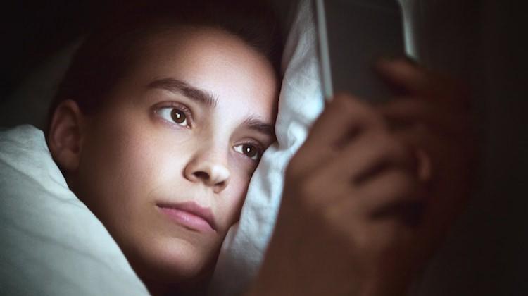 Cep telefonuyla uyumanın zararları