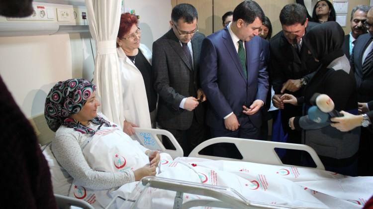 Vali Şahin'den 2018'in ilk bebeğine altın