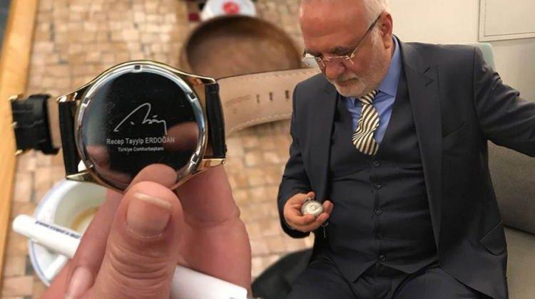 Kolunda Erdoğan, cebinde Bahçeli saati taşıyor